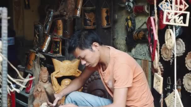 Holzschnitzerei von einem Mann in Hoi An Vietnam 4k