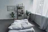 moderní design interiéru ložnice s skříně, rostliny, postel, cihlové zdi a kopírovat prostor