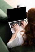 Selektive Fokussierung von Freiberuflern mit Laptop auf Couch