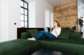 Freiberufler leidet unter Hitze bei Laptop-Nutzung auf Couch