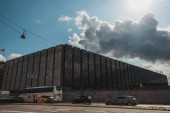 KODAŇ, DÁNSKO - 30. dubna 2020: Městská ulice s auty na silnicích, výstavbě a zatažené obloze na pozadí