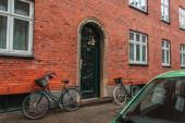 Beleuchtung Laterne an Tür eines Gebäudes mit Ziegelfassade in Kopenhagen, Dänemark