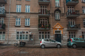 Photo Cars on road near facade of building on urban street in Copenhagen, Denmark