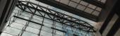 KODAŇ, DÁNSKO - 30. dubna 2020: Horizontální obraz skleněné fasády a střechy v Královské knihovně Black Diamond, Kodaň, Dánsko