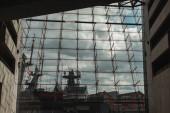 KODAŇ, DÁNSKO - 30. dubna 2020: Pohled z Královské knihovny Black Diamond na pozadí, Kodaň, Dánsko