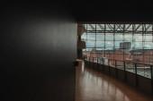 KODAŇ, DÁNSKO - 30. dubna 2020: Interiér Královské dánské knihovny s budovami a zataženou oblohou na pozadí, Kodaň, Dánsko