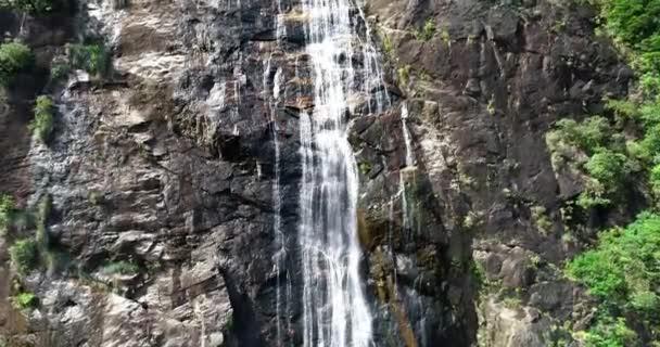 Obrovský vodopád v národním parku Bach Ma. Jedna z nejvyšších vodopádů ve Vietnamu.