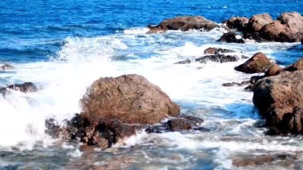 vlny oceánu krásy na skalnaté pobřeží