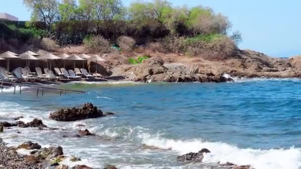 prázdné Skalnatá pláž s vlnami oceánu
