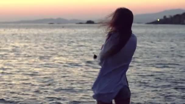 aranyos lány a tengerparton naplementekor