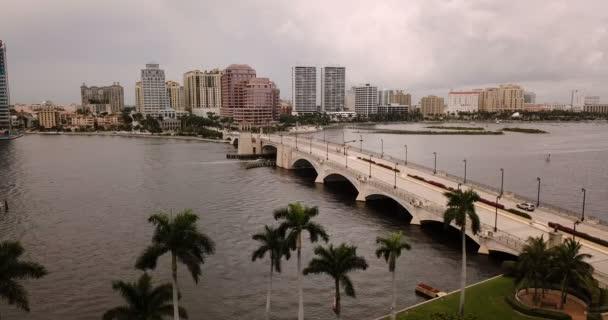 Anténa pohled přes most a nábřeží Palm Beach Florida