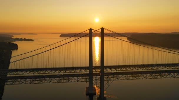 Sun hlavy pro horizont nad Tacoma Narrows mosty
