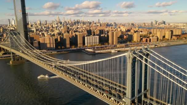 Manhattan most kříží řeku East River v New Yorku jako výletní lodě přesunout pod