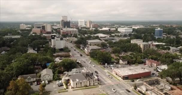 Letecký pohled s výhledem na APALACHEE Parkway celou cestu k hlavní budově v Tallahassee