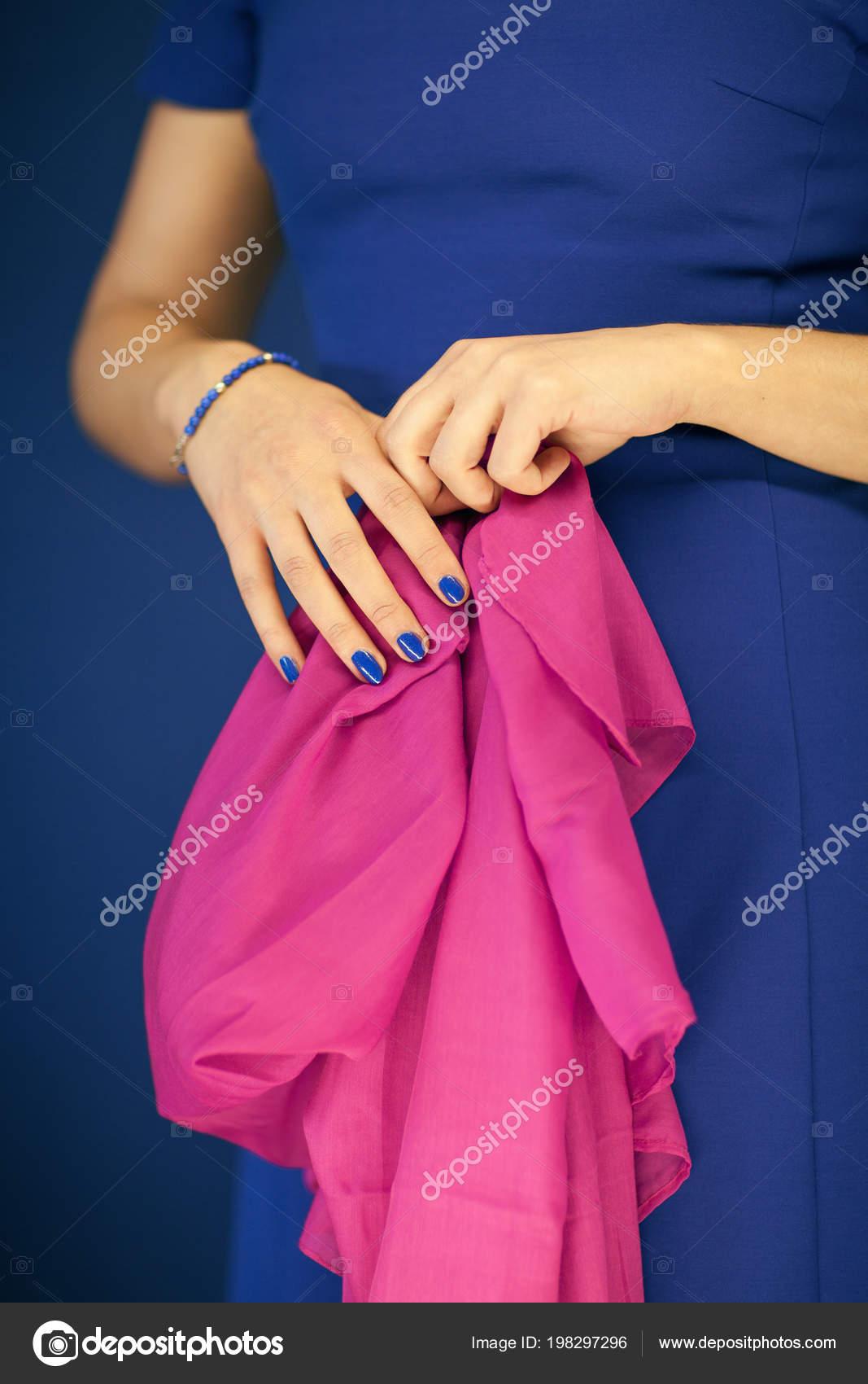 Figura Mujer Hermosa Azul Vestido Con Bufanda Rosa Mano Color ...