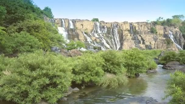 Pongour Wasserfall Blick Gehölzen im Vordergrund