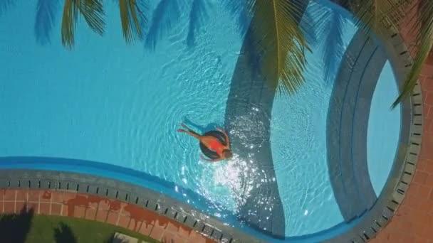 felső kép lady gyűrű ovális medencében úszik