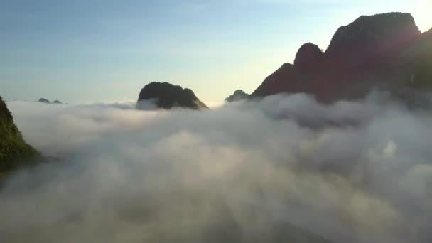 obrázkového letecké pohyb podél řeky zakryté ranní mlha proti kopci siluety a modrá obloha před východem slunce