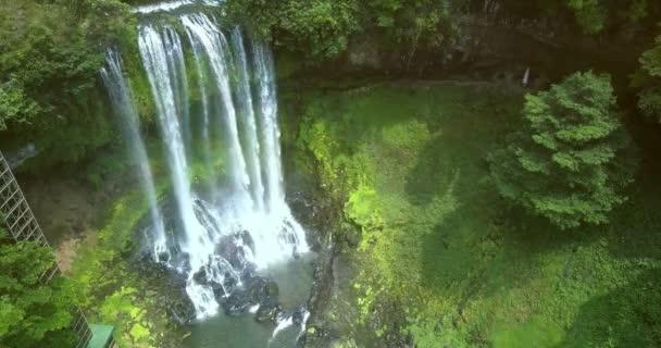 sluneční paprsky ozáří pěnitou vodopád v džungli