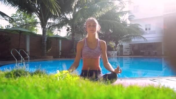 dívka v józe představují Lotus změny postavení rukou na bazén
