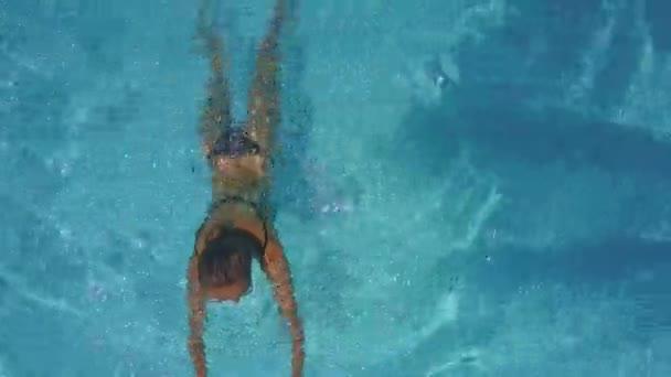 sexy žena plave v modrém fondu dělat vlny