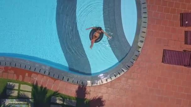 kozách hotelový bazén a žena ve vodě na kroužku