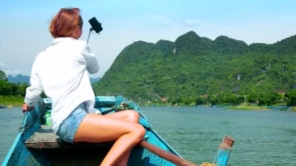 rückseitige Ansicht schließen Mädchen Bilder hügeligen Ufer vom Boot Bug