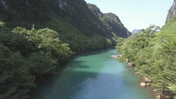 horní pohyb klidnou řeku s hlubokého lesa na banky