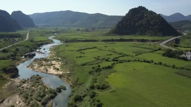 letecký pohyb přes široké pole s klikaté řeky a silnice