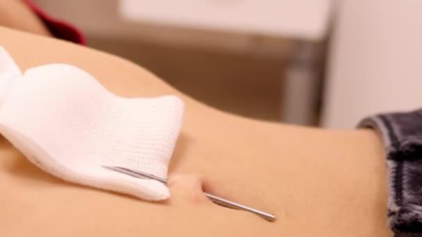 Naher Zeitlupentechniker nimmt Klemmen aus Nadel