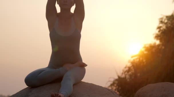 Paní dělá janusirsasu ráno při východu slunce pomalý pohyb