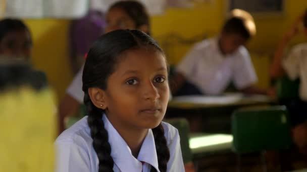 Mladá krásná sinhálská dívka se nachází v poslední lekci