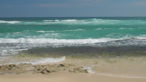 tenger hullámai roll a trópusi tengerpart alatt kék ég lassított