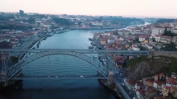 Létání nad řekou Douro a Dom Luis jsem Železný most brzy ráno v Porto, Portugalsko. Letecký pohled na staré centrum města