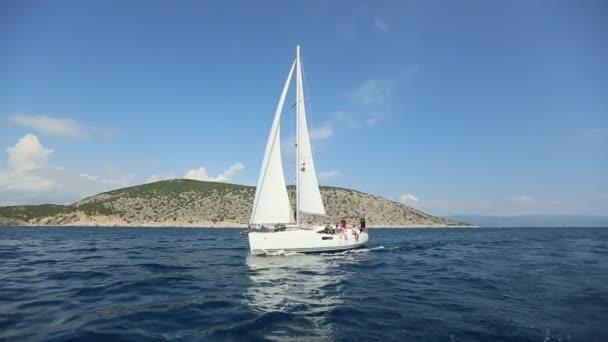ERMIONI - SPETSES, ŘECKO - ZZÚ 8, 2018: Námořníci se účastní plachtění regaty 20. Ellada podzim 2018 mezi řecké ostrovní skupiny v Egejském moři, v Kyklad a Saronický záliv.
