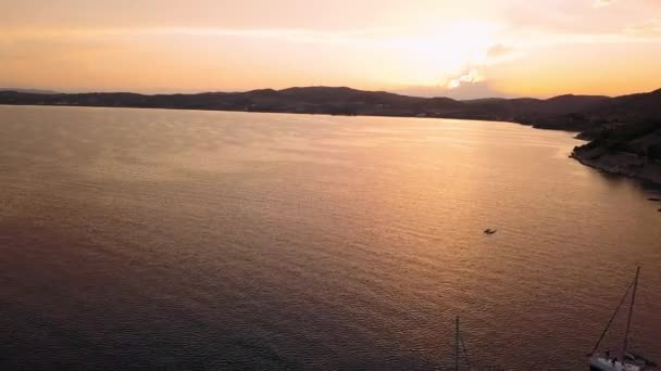 Létání nad přístav Ermioni na krásný soumrak, Egejské moře, Řecko