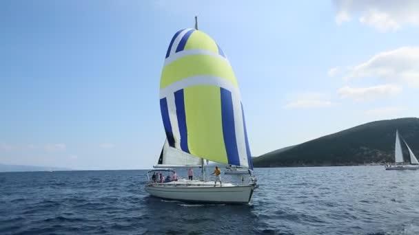 ERMIONI - SPETSES, GÖRÖGORSZÁG - TOT 8, 2018: A vitorlázók részt vesznek a vitorlás regatta 20. Ellada Ősz 2018 között a görög szigetcsoport az Égei-tenger, a kerékpárok és a Saronic-öböl.
