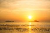 Krásný západ slunce na pobřeží moře. Soumrak.