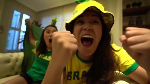 Junge brasilianische Freunde feiern während Fußball-Spiel zu Hause