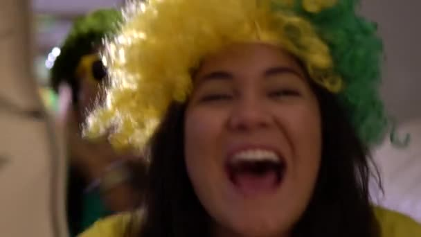 Brazilské ventilátor slaví během fotbalového zápasu doma