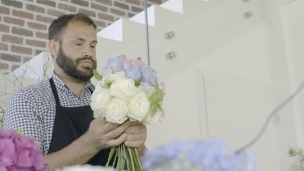 Malé podnikání vlastníka květinářství dělá kytice v obchodě pro květiny