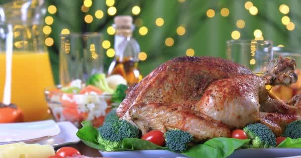 Pörkölt pulyka körítve zöldségekkel ünnepi asztal closeup. Ünneplése hálaadás napja sült pulykát vacsorára. Dolly lövés 4k