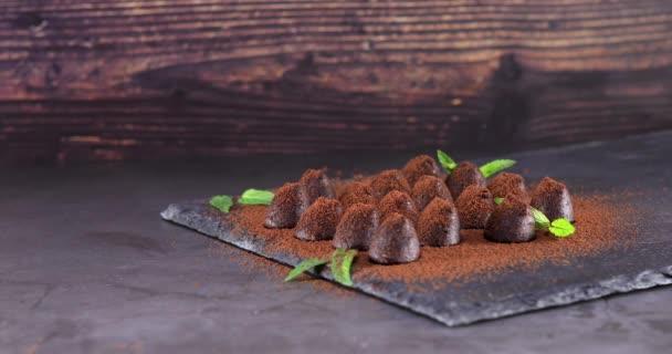 Chutné čokoládové lanýže v prášku s kakaem na břidlici. Na 4.