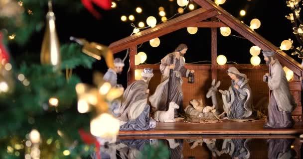 Ježíš Kristus Nativity, s atmosférickými světly u vánočního stromu. Vánoční scéna. Na 4.