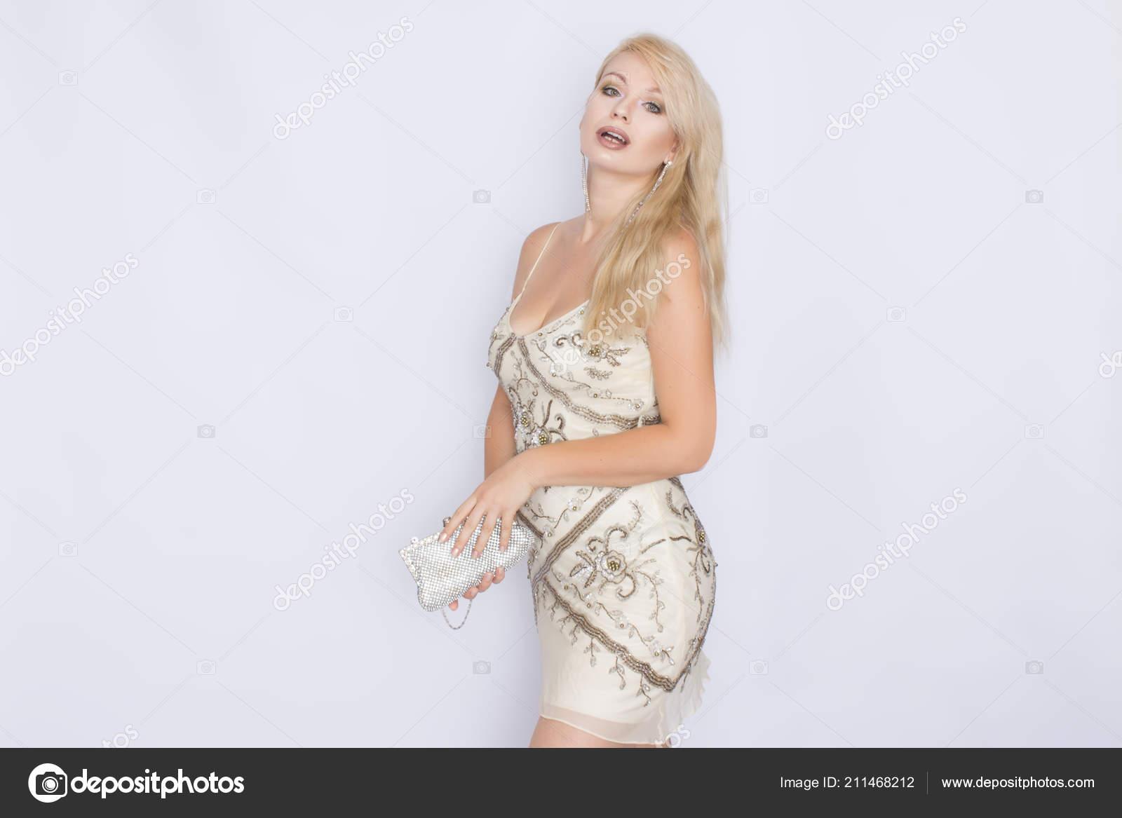 Retrato Moda Glamour Hermosa Mujer Elegante Vestido Beige