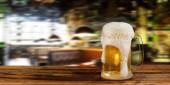 studené světlo korbelem piva v hospodě