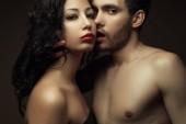 Fotografie Emotionale Porträt zweier Liebender über Schokolade Hintergrund - gut aussehender Mann und wunderschöne Frau mit perfekten Haar und Haut. Pure Leidenschaft. Hautnah. Studio gedreht