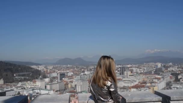 Egy fiatal nő, a ljubljanai vár tower videó