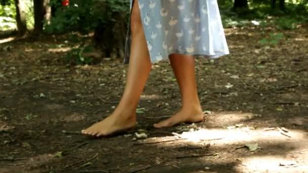 piedi nudi femminili sul terreno