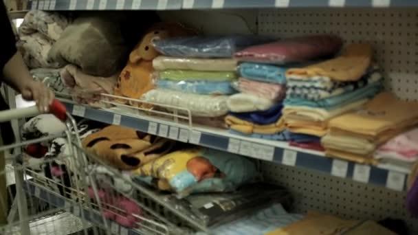 la donna sceglie la merce in un supermercato